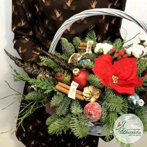 Композиция на новый год в корзине c доставкой в Томске