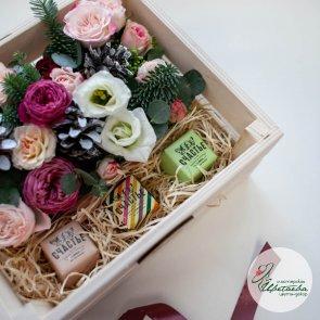 Новогодняя композиция в коробке с цветами