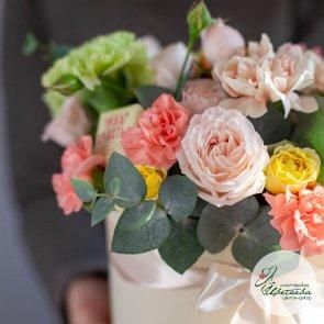 Подарочная коробка с цветами и сладостями