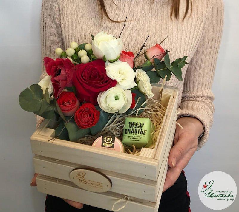 Подарочный набор на 8 марта: цветы и конфеты