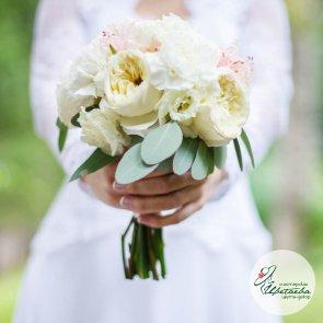 Свадебный букет из пионовидной розы и гвоздики